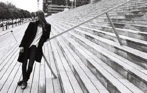 femeie ingandurata pe scari