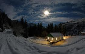Un ger in plina iarna zaboveste la ferestrele noptii in frig degerand cu zambetul larg.
